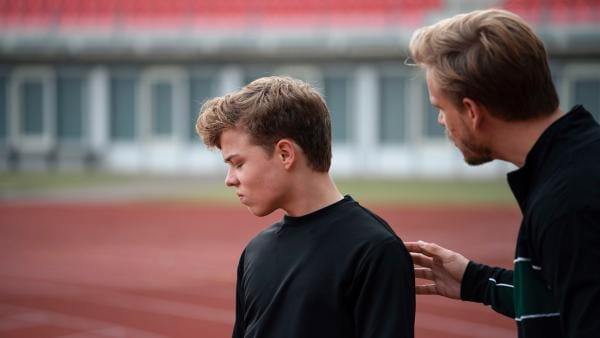 Till (Jonas Kaufmann, li.) will Hausers (Frederic Heidorn, re.) Ratschläge nicht hören. | Rechte: MDR/Saxonia Media/Felix Abraham