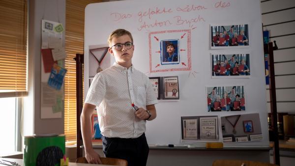 Moritz (Marc Elflein) steht kurz vor einem Ermittlungserfolg. | Rechte: MDR/Saxonia Media/Felix Abraham