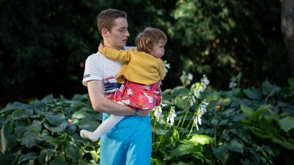Viktor (Fridolin Sommerfeld) entdeckt ein ungeahntes Talent im Baby-Sitten.   Rechte: MDR/Saxonia Media/Felix Abraham