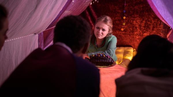 Cäcilias (Carlotta Weide) Überraschung läuft anders als geplant. | Rechte: MDR/Saxonia Media/Felix Abraham