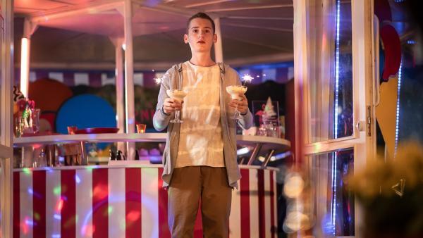 Viktor (Fridolin Sommerfeld) plant gegen den Rat von Rike und Badu eine Überraschung im Eiscafé. | Rechte: MDR/Saxonia Media/Felix Abraham