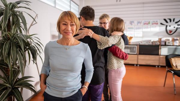 Frau Stocker (Gitta Schweighöfer) ist stolz auf den Zusammenhalt ihrer Schülerinnen und Schüler. | Rechte: MDR/Saxonia Media/Felix Abraham