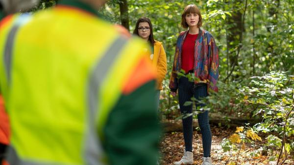 Flora (Carla Hütterman, re.) und Rosa (Karlotta Hasselbach, li.) machen eine krasse Entdeckung im Wald. | Rechte: MDR/Saxonia Media/Felix Abraham