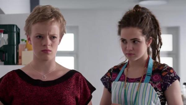 Beim Küchendienst mit Sibel (Josie Hermer, re.) kommt bei Martha (Luna Kuse, li.) noch keine Vorfreude auf das bevorstehende Wochenende auf. | Rechte: MDR/Saxonia Media/Felix Abraham