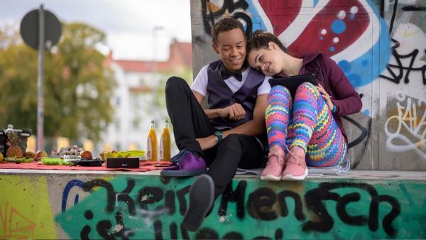 Pawel (Noel Okwanga, li.) will den ersten Jahrestag mit Sibel (Josie Hermer, re.) romantisch feiern. | Rechte: MDR/Saxonia Media/Felix Abraham