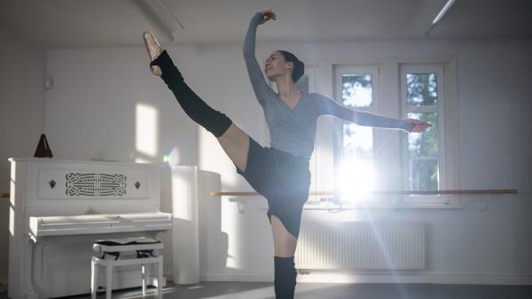 Carolin (Paloma Padrock) liebt das Tanzen. Doch ihr Praktikum hat damit gar nichts zu tun. | Rechte: MDR/Saxonia Media/Felix Abraham