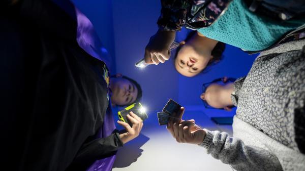 Rike (Madeleine Haas, mi.), Moritz (Marc Elflein, re.) und Pit (Ferenc Amberg, li.) schmieden einen geheimen Plan. | Rechte: MDR/Saxonia Media/Felix Abraham