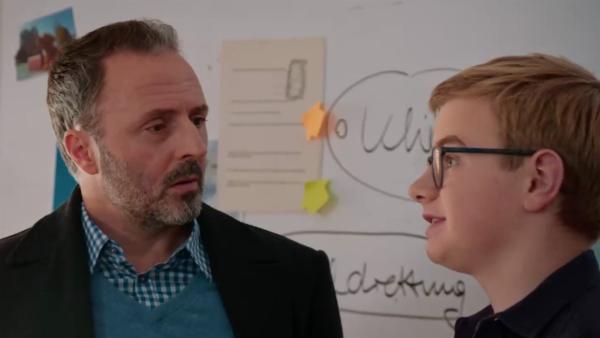 Dr. Berger (Robert Schupp, li.) versucht Moritz (Marc Elflein, re.) eine Aufgabe zu übertragen. | Rechte: MDR/Saxonia Media