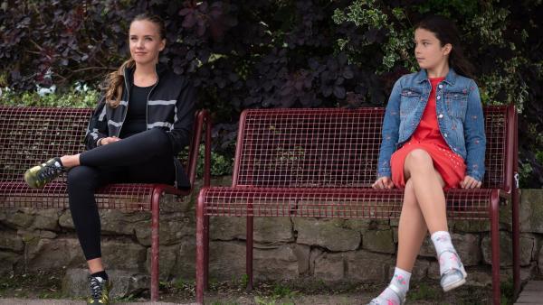 Constanze von Blumenberg (Henrieke Fritz, li.) scheint Finja (Amelie Rafolt Gomes) einen hilfreichen Ratschlag zu geben. | Rechte: mdr/Saxonia Media/Felix Abraham