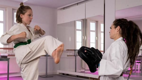 Die Neue Joyce (Matilda Willigalla, li.) zeigt Lernpatin Sibel (Josie Hermer), was sie beim Karate so drauf hat. | Rechte: mdr/Saxonia Media/Ulli Koch