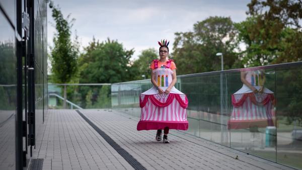 Rosa (Karlotta Hasselbach) scheint ihrem Ziel, auf die Party des Insidermoduls zu gehen, sehr nahe. | Rechte: mdr/Saxonia Media/Felix Abraham