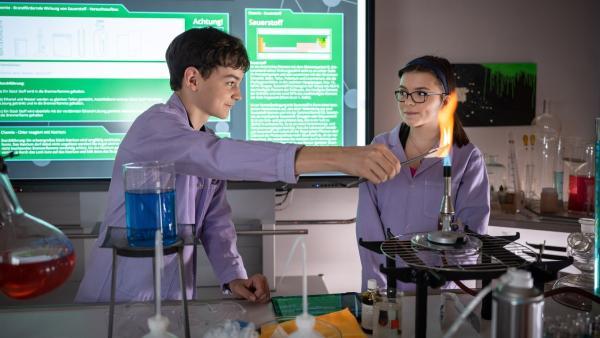 Anton (Lasse Timmel, li.) und Rosa (Karlotta Hasselbach) haben Spaß im Chemieunterricht. | Rechte: mdr/Saxonia Media/Felix Abraham