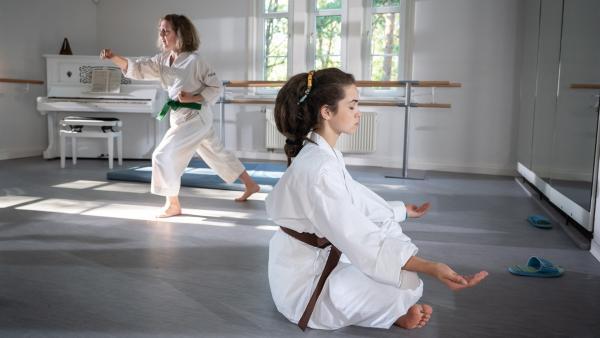 Joyces (Matilda Willigalla, li.) und Sibels (Josie Hermer) Vorstellungen von Karate könnten nicht unterschiedlicher sein. | Rechte: mdr/Saxonia Media/Felix Abraham