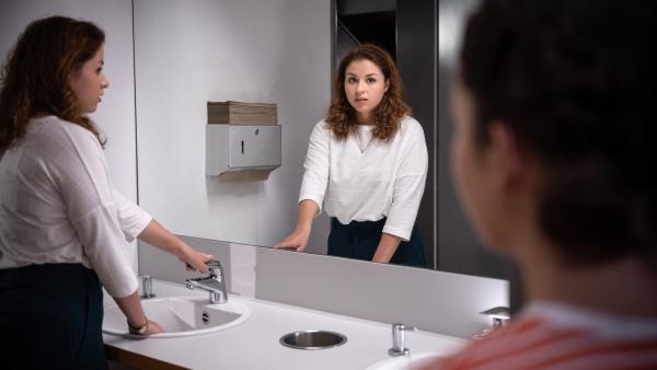 Pia Pigalke (Marie Borchardt, li.) macht sich für Finja (Amelie Rafolt Gomes) verdächtig. | Rechte: mdr/Saxonia Media/Felix Abraham