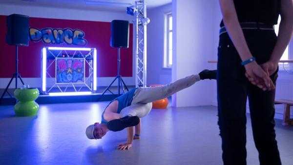 Viktor (Fridolin Sommerfeld) tanzt im wahrsten Sinne des Wortes aus der Reihe, zumindest wenn es nach Staffelcoach Badu geht. | Rechte: mdr/Saxonia Media/Felix Abraham