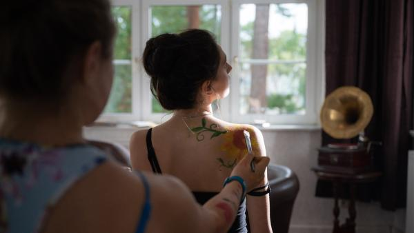 Leni (Linda Schablowski) als Cäcilias (Carlotta Weide) Leinwand, der perfekte Post für Lenis Geschmack. Allerdings nicht, wenn es nach ihrer großen Schwester Flora geht. | Rechte: mdr/Saxonia Media/Felix Abraham