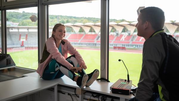 Viktor (Fridolin Sommerfeld) kann die gestresste Cäcilia (Carlotta Weide) nach dem Training wieder zum Lachen bringen. | Rechte: mdr/Saxonia Media/Felix Abraham