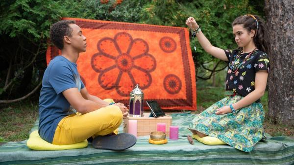 Pawel (Noel Okwanga) wird von Sibel (Josie Hermer) hypnotisiert, denn anders tun sich die beiden in Sachen Kommunikation gerade schwer. | Rechte: mdr/Saxonia Media/Felix Abraham