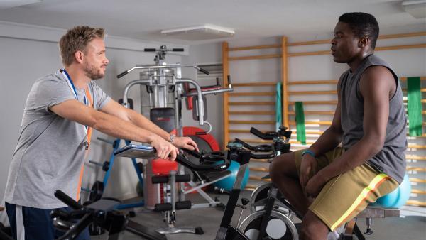 Herr Hauser (Frederic Heidorn) ist sich nicht sicher, ob Badu (Arnold Makuissie) das Sprintteam wirklich im Griff hat. | Rechte: mdr/Saxonia Media/Felix Abraham