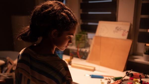 Sibel (Josie Hermer) versucht über der Aufgabe des Kunstmoduls einen klaren Kopf zu bekommen. | Rechte: mdr/Saxonia Media/Felix Abraham