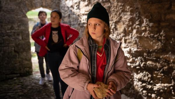 Paul (Malique Heidorn), Finja (Amelie Rafolt Gomes) und Joyce (Matilda Willigalla, vorne) machen eine unglaubliche Entdeckung in einer alten Ruine. | Rechte: mdr/Saxonia Media/Felix Abraham