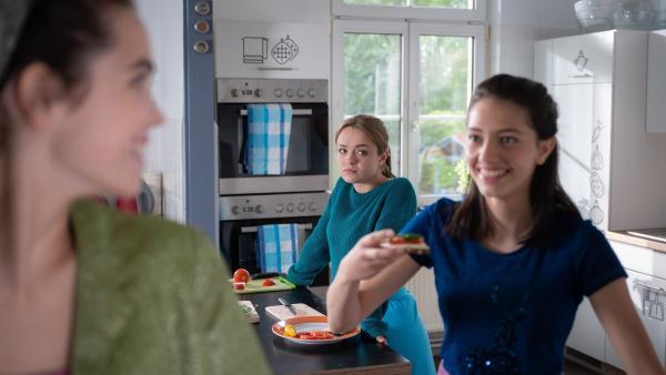 Cäcilia (Carlotta Weide) fühlt sich zurückgestellt, als sie mitbekommt, wie viel Spaß Leni (Linda Schablowski) mit Sibel (Josie Hermer) im Tanz-Modul hat. | Rechte: mdr/Saxonia Media/Felix Abraham