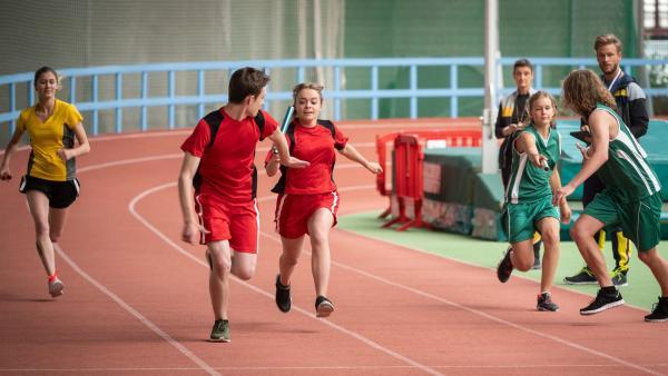 Einsteins Sprintstaffel tritt bei der Mitteldeutschen Meisterschaft an. Cäcilia (Carlotta Weide) gibt alles! | Rechte: mdr/Saxonia Media/Felix Abraham