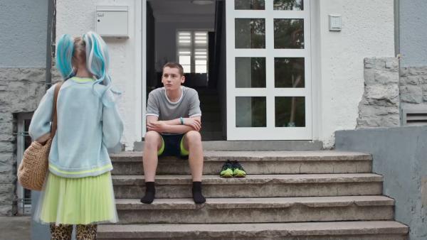 Viktor (Fridolin Sommerfeld) möchte mit Hilfe von Chiara (Jamila Weintritt) wieder zum Vorzeige-Sprinter werden. | Rechte: mdr/Saxonia Media