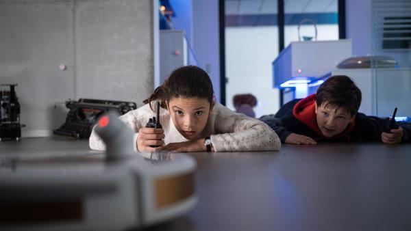 Finja (Amelie Rafolt Gomes) und Paul (Malique Heidorn) auf geheimer Mission in Sachen Jahrbücher. | Rechte: mdr/Saxonia Media/Felix Abraham