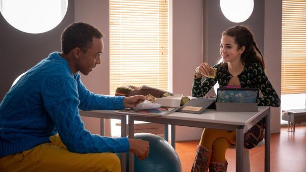 Pawel (Noel Okwanga) und Sibel (Josie Hermer) veruchen wieder normal miteinander umzugehen. | Rechte: mdr/Saxonia Media/Felix Abraham