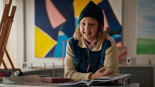 Joyce (Matilda Willigalla) studiert die Jahrbücher der vergangenen Einstein-Generationen. | Rechte: mdr/Saxonia Media