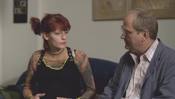 Paulina (Anna Steinhardt, li.) gibt Pasulke (Gert Schaefer, re.) gegenüber zu, dass sie das Kind behalten würde, wenn Lucky nicht so ein Schwein wäre. | Rechte: MDR/Anke Neugebauer