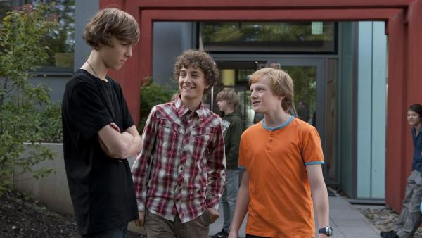 Tommy (Lucas Leppert, Mi.) und Tobias (Stefan Wiegand, re.) lachen Großmaul Elias (Albert Wey, li.) aus, weil er in Panik vor der Schlange geflüchtet ist.   Rechte: MDR/Anke Neugebauer