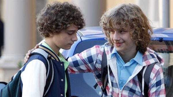 Justus (Robert Reichert, re.) tröstet seinen Bruder Tommy (Lucas Leppert), der seine Freundin Sophie sehr vermisst.   Rechte: MDR/Anke Neugebauer
