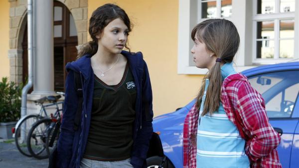 Annika (Alexandra Schiller, li.) ist unglücklich, weil sie nicht mit ihrer besten Freundin Liz (Viktoria Krause, re.) in einem Zimmer wohnt.   Rechte: MDR/Anke Neugebauer