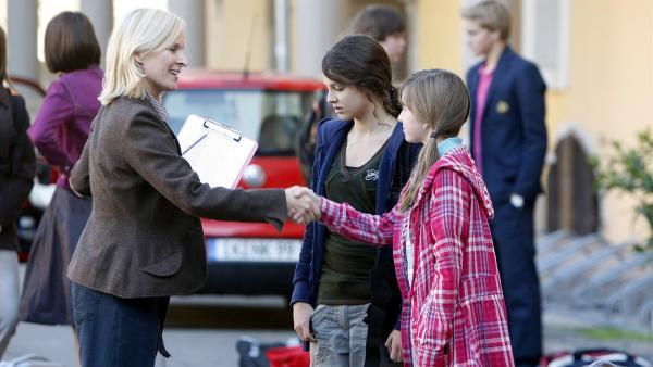 Frau Bräuning (Mirja Mahir, li.) begrüßt die Neuen Liz (Viktoria Krause, re.) und Annika (Alexandra Schiller, Mi.) und erklärt ihnen die Internatsregeln.   Rechte: MDR/Anke Neugebauer