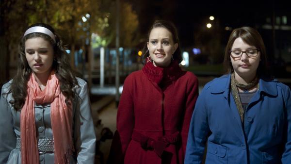 Mary (Sophie Imelmann, li.), Coco (Luisa Liebtrau, Mi.) und Magda (Mareike Ludwig, re.) sind frustriert. Sie sind nicht in den Club reingekommen. | Rechte: MDR/Anke Neugebauer