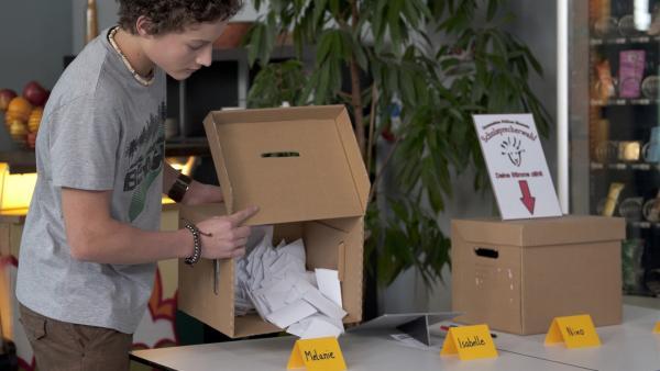 Sándor (Lennart König, re.) zählt die Stimmen für die Schulsprecherwahl aus. | Rechte: MDR/Anke Neugebauer