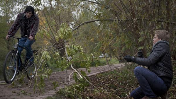 Phillip (Jacob Gunkel, re.) versucht Berti (Pascal Kleßen) mit Hilfe eines Astes vom Fahrrad zu stürzen. | Rechte: MDR/Anke Neugebauer