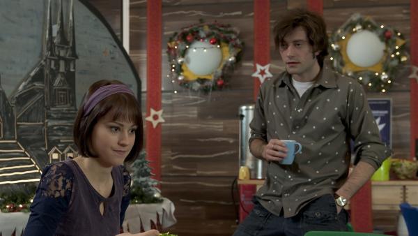 Alex (Björn von der Wellen) bittet Coco (Luisa Liebtrau) um eine zusätzliche Theaterpobe.   Rechte: MDR/Anke Neugebauer