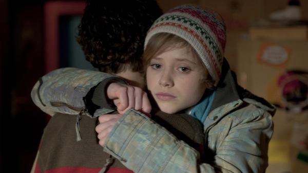 Sophie (Annica Röhlinger) fällt es sehr schwer, von Tommy (Lucas Leppert) Abschied zunehmen. | Rechte: MDR/Anke Neugebauer