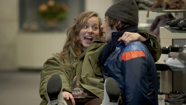 Alex (Björn von der Wellen) hat Spaß mit einem unbekannten Mädchen (Lena Schneidewind).   Rechte: MDR/Anke Neugebauer