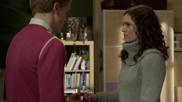 Phillip (Jacob Gunkel) verspricht Mary (Sophie Immelmann) immer für sie da zu sein.   Rechte: MDR/Anke Neugebauer