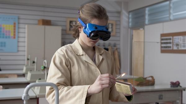 Clara (Lena Schneidewind) nimmt das Experiment selbst in die Hand. | Rechte: MDR/Anke Neugebauer