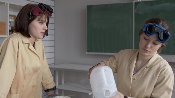Coco (Luisa Liebtrau, li.)  und Clara (Lena Schneidewind, re.) müssen für ein Chemieexperiment zusammen arbeiten. | Rechte: MDR/Anke Neugebauer