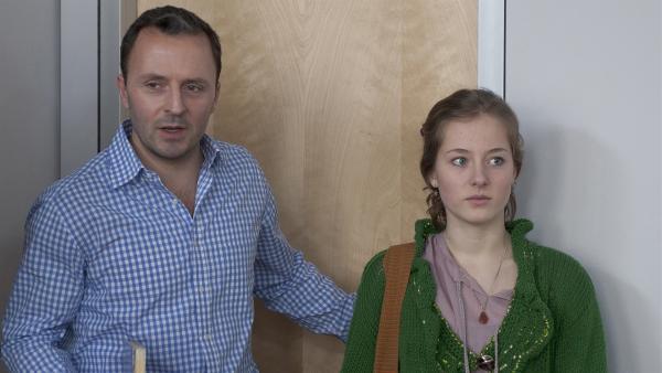 Herr Berger (Robert Schupp) stellt der Klasse die neue Schülerin Clara (Lena Schneidewind) vor. | Rechte: MDR/Anke Neugebauer