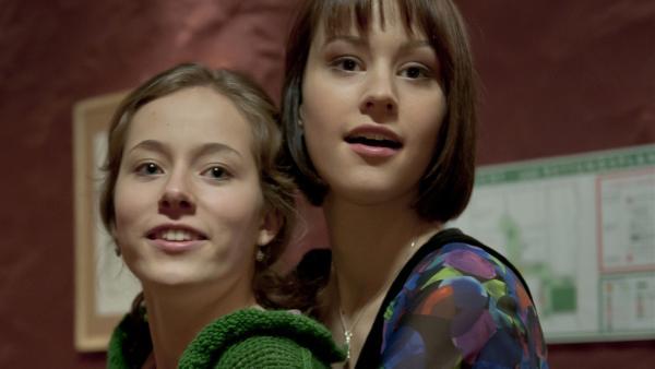Clara (Lena Schneidewind) und Coco (Luisa Liebtrau) sind Freundinnen geworden und haben viel Spaß. | Rechte: MDR/Anke Neugebauer