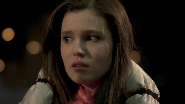 Mary (Sophie Imelmann) ist sprachlos, als sie Phillip vor der Veranstaltungshalle trifft. | Rechte: MDR/Anke Neugebauer
