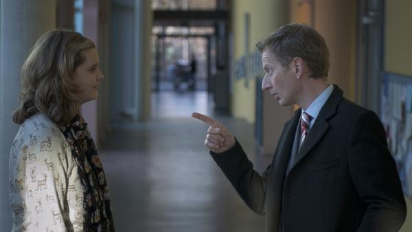 Feli (Sabrina Wollweber) versucht die Schulden ihres Vaters bei Herrn Breite (Michzael Kessler) aufzuschieben. | Rechte: MDR/Anke Neugebauer