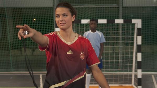 Nationalspielerin Dzsenifer Marozsán gibt ein professionelles Fußballtraining. | Rechte: MDR/Anke Neugebauer